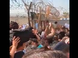 Desgarradoras despedida de madres afganas en aeropuerto de Kabul. Prefieren que soldados se lleven a sus hijos.