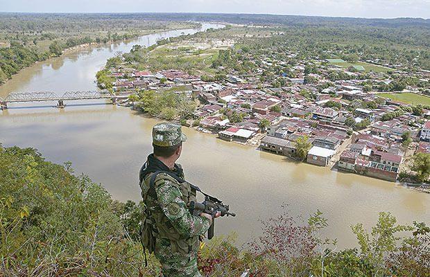 Soldados colombianos patrullan la zona del Catatumbo, la cual disidencias de las FARC, ELN y EPL pelean por el control territorial.