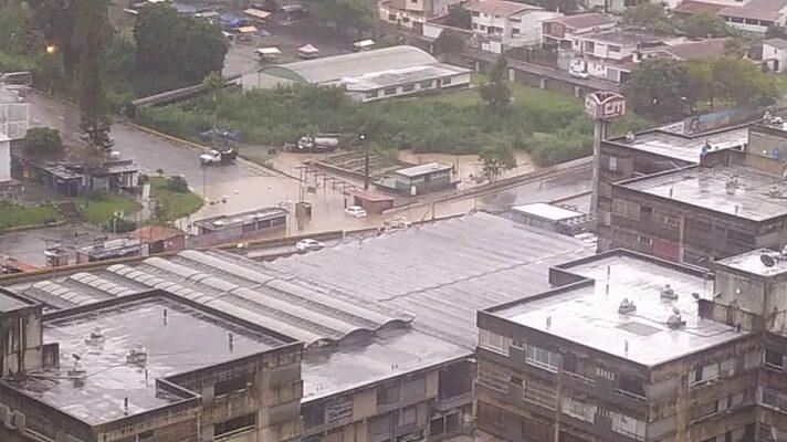 Fuertes lluvias cayeron la tarde este domingo sobre Caracas y varios sectores de su Área Metropolitana. Las mismas causaron apagones y fluctuaciones eléctricas.