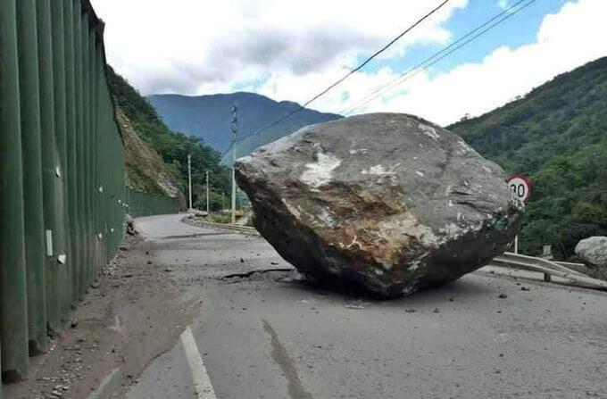 Cierre preventivo de la vía al Llano evitó una tragedia mayor con la caída de la roca gigante en la carretera que comunica Bogotá con Villavicencio.