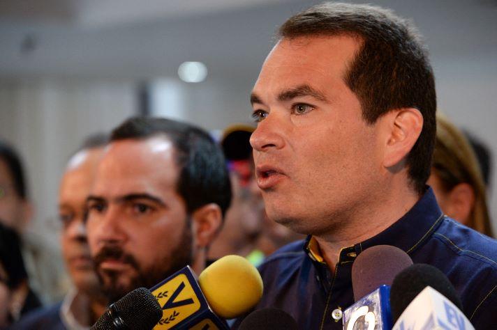 Tomás Guanipa renuncia a la embajada de Colombia para irse a México como representante de la oposición en los diálogos con la administración Maduro.