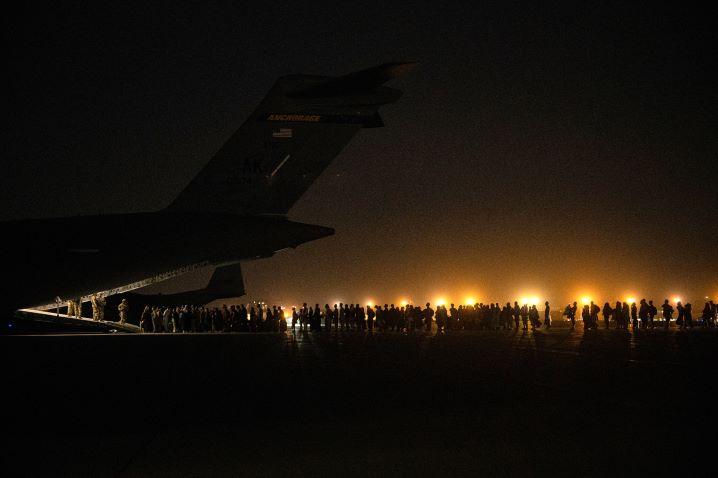 Miles de Afganos huyen desde el aeropuerto de Kabul