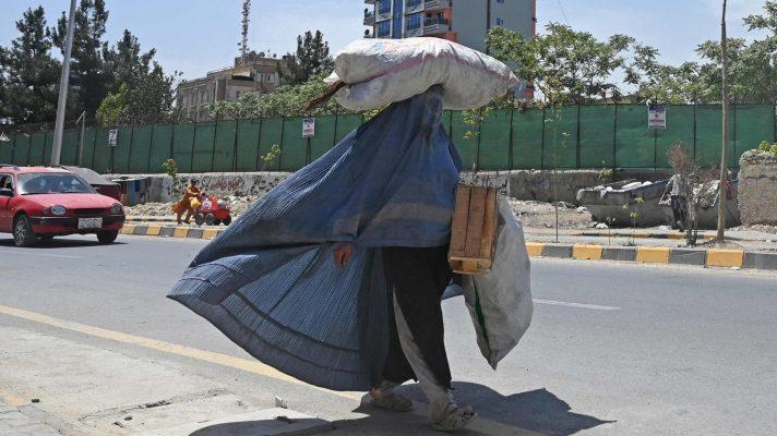 talibanes-prometieron-respetar-derechos-y-minutos-despues-matan-a-una-mujer-por-no-usar-la-burka