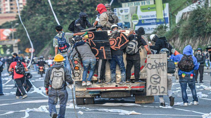 nos-pagan-por-salir-a-protestar-la-confesion-de-un-joven-detenido-por-atacar-un-cai-en-colombia