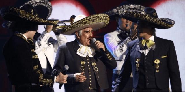 Vicente Fernández con su hijo y su  nieto. Foto AFP