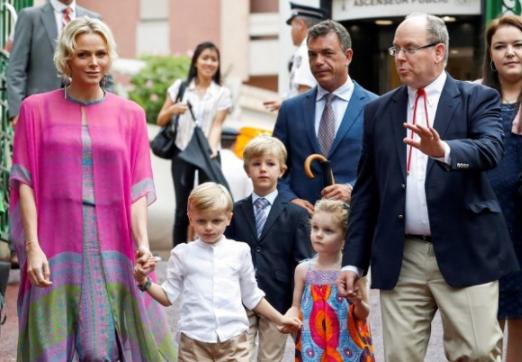 La princesa Charlène y el príncipe Alberto con sus hijos. Foto AFP