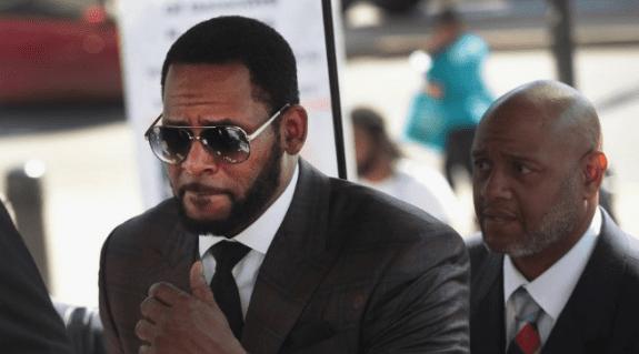 R Kelly llegando a la corte de Chicago en 2019. Foto AFP