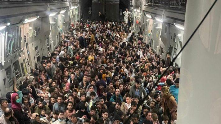 libres-del-horror-640-afganos-apinados-en-un-avion-de-carga-militar-de-ee-uu-logran-salir-de-kabul-a-qatar