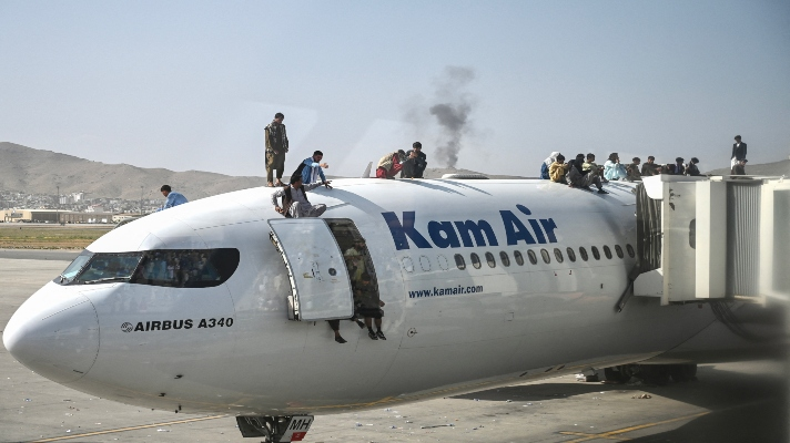 al-menos-5-muertos-en-kabul-marea-humana-toma-el-aeropuerto-para-huir-entre-tiros-de-los-talibanes