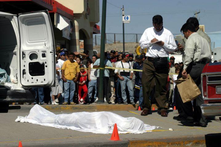 Los cuerpos de cuatro hombres colgaban de un puente, mientras otros dos cadáveres reposaban en el asfalto. ¿Qué paso?