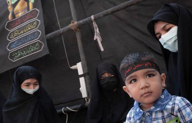 Hombres poderosos talibanes o afganos abusan sexualmente de los Bacha Bazi que son vendidos por sus familias o secuestrados.