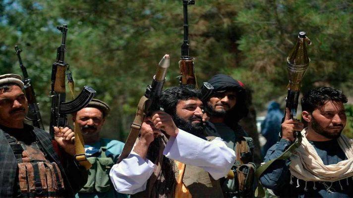 terrorismo-triunfo-en-afganistan-talibanes-levantan-armas-y-celebran-en-el-aeropuerto-de-kabul-la-retirada-de-ee-uu