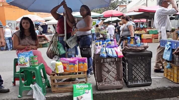 Camisas, chocolates, jugos, cigarrillos... El bulevar de de Catia, al oeste de Caracas está repleto de comerciantes informales o buhoneros. Ofrecen todo tipo de productos en dólares en una Venezuela en crisis. Es una especie de juego diario, entre la poca venta y el
