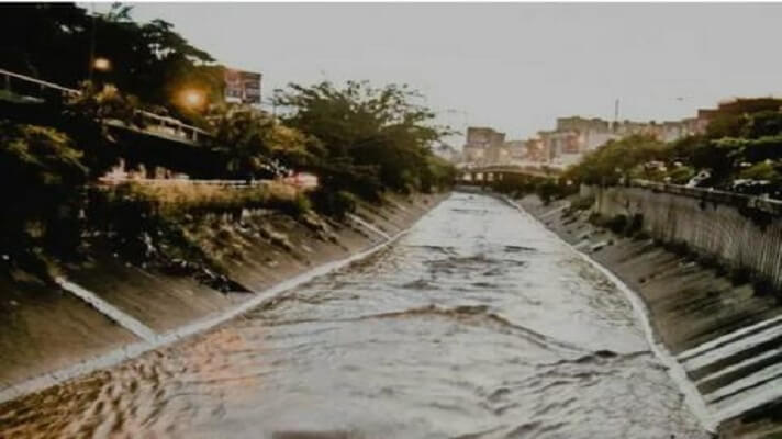 La falta de mantenimiento y las fuertes lluvias caídas recientemente en Caracas, dañan considerablemente los muros protectores de la canalización del río Guaire.