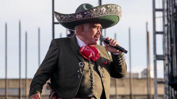 Operan a Vicente Fernández luego de una caída