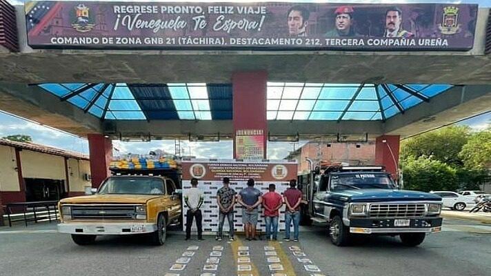 Efectivos de la Guardia Nacional detuvieron a cinco hombres en el municipio Pedro María Ureña del estado Táchira, en la frontera con Colombia. Llevaban con 20 panelas de marihuana distribuidas en dos vehículos de carga pesada.