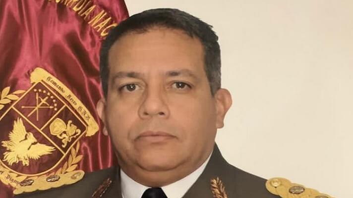El general Pedro Naranjo, sobre quien pesan acusaciones de traición a la patria, fue excarcelado la noche del sábado.