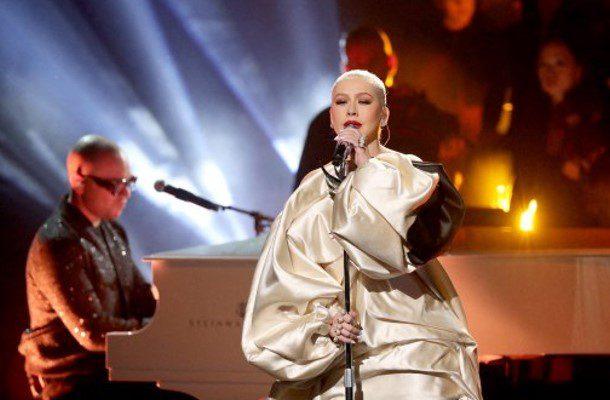 Christina Aguilera también muestra su pechonalidad