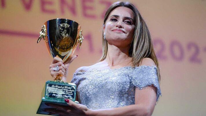 Penélope Cruz se alzó con la Copa Volpi a la mejor actriz de la 78 edición del Festival de Cine de Venecia. Lo hizo por su trabajo en