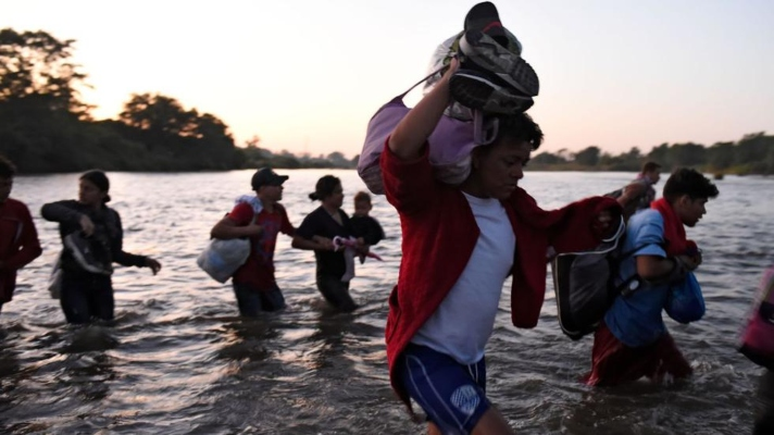 la-cuarta-en-una-semana-una-caravana-de-migrantes-entre-ellos-venezolanos-avanza-desde-el-sur-de-mexico