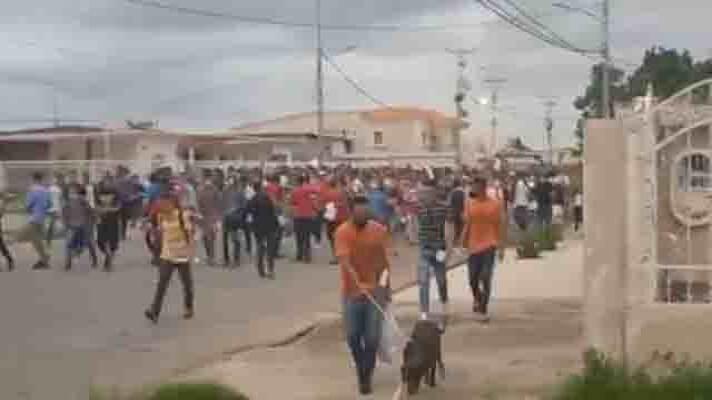 La tarde de este martes quedaron el libertad 260 presos que estaban en el retén de Cabimas, en el estado Zulia. A través de redes sociales y medios locales se supo que se trata de reclusos procedentes de diferentes regiones de la entidad que estaban en ese centro de arrestos preventivos.