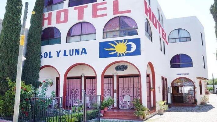 Hombres armadossecuestraron a varios migrantes venezolanosque estaban en un hotel ubicado en el estado San Luis Potosí, en México. También había ciudadanos de origen haitiano y cubano, informó la fiscalía estatal en un comunicado.