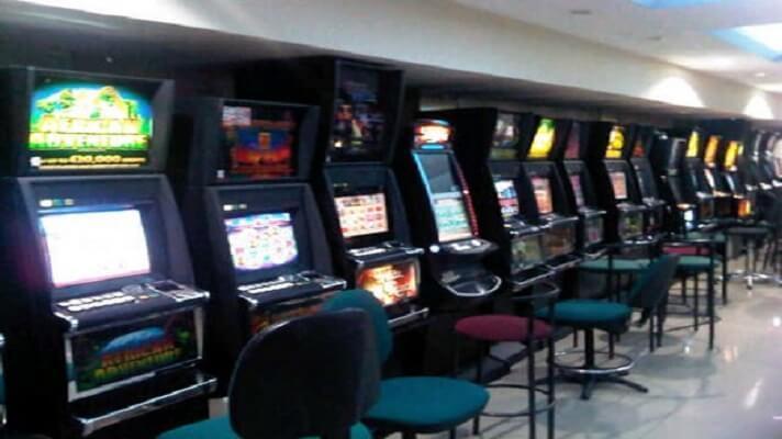 Hace 10 años, el fallecido presidente Hugo Chávez, ordenó el cierre de bingos y casinos. Esta medida dejó sin fuente de empleo a miles de personas. Desde el año pasado y hasta hace poco, con una orden de la administración de Nicolás Maduro, abrirán sus puertas varios de estos recintos.