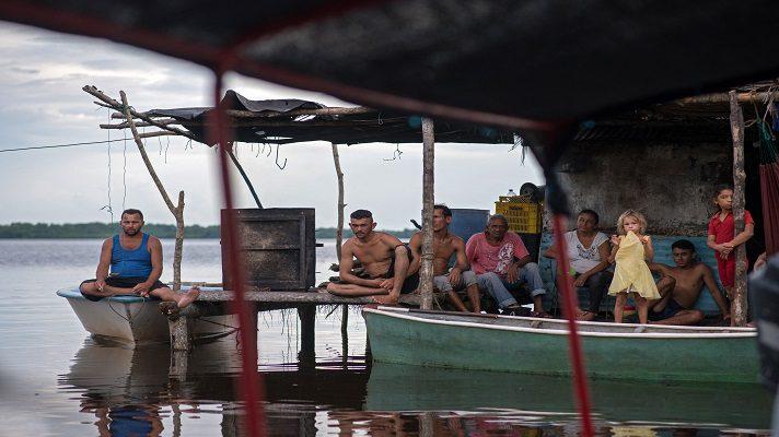Los pupitres de lo que una vez fue la escuela de Ologá, un aislado pueblo de pescadores enVenezuela, llevan cuatro años amontonados en un salón oscuro y lleno de polvo. La pizarra está en blanco y la pintura de las paredes se desprende por la humedad.